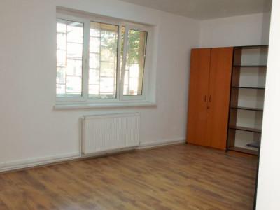 Inchiriere apartament 3 camere decomandat, parter Targoviste